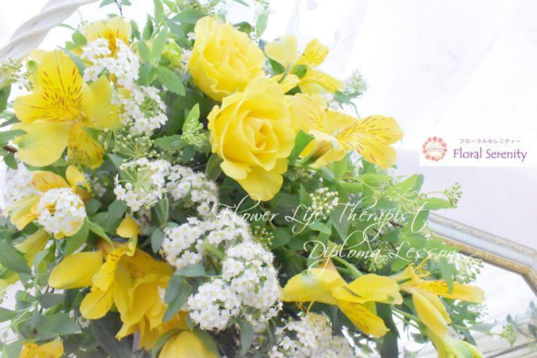 黄色のバラとコデマリ
