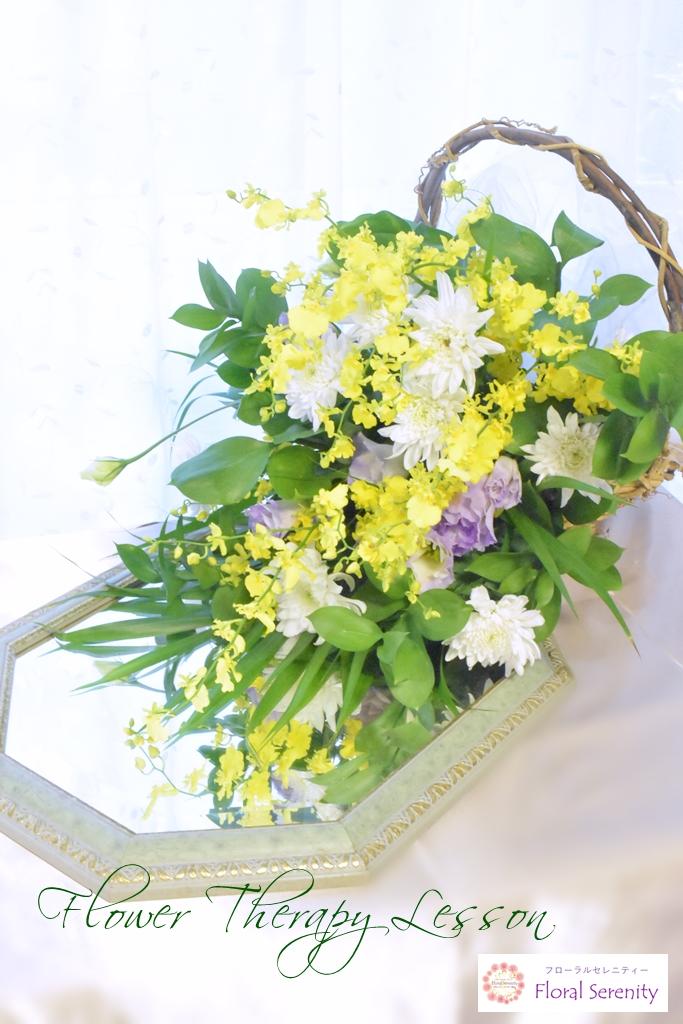 白と黄色の花かご