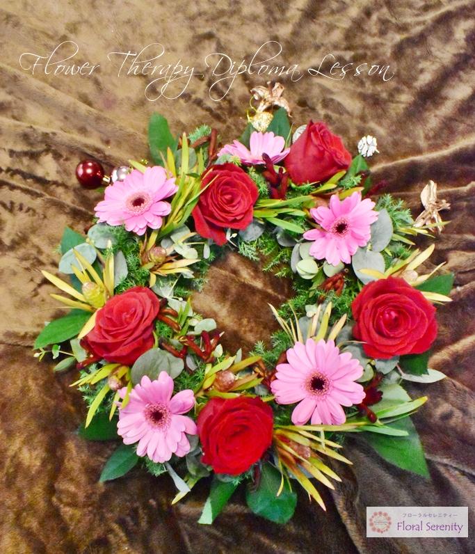 赤いバラ、ピンクのガーベラ、リース