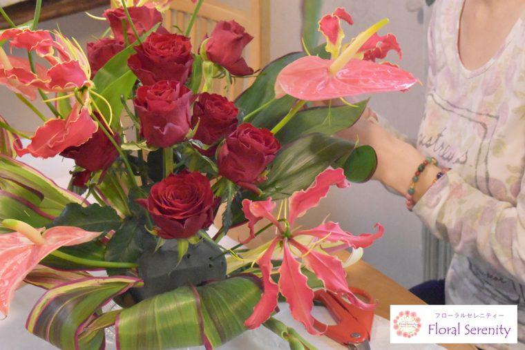 赤いバラとグロリオサ